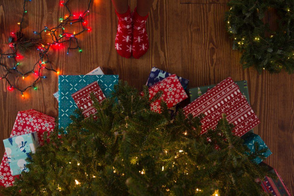 regali di natale sotto l'albero di natale